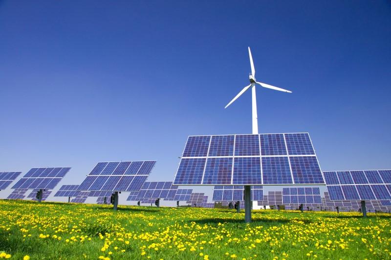 Power-to-Gas: Überflüssiger Strom aus Windkraft- und Sonnenenergieanlagen wird mittels Elektrolyse dazu verwendet um Wasser in Wasserstoff und Sauerstoff zu trennen. Der Wasserstoff wird dann mit CO2 weiter zu Methan verarbeitet, welches dann, ähnlich dem natürlichen Erdgas, gespeichert und weitertransportiert werden kann. (Bild: VRD - Fotolia)