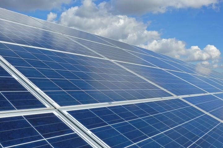 Müssen nun auch Kleinerzeuger, die z. B. eine Photovoltaikanlage auf ihrem Einfamilienhaus-Dach installiert haben, die anteilige EEG-Umlage auf den selbst genutzten Strom bezahlen? (Bild: Christian Maurer - Fotolia)