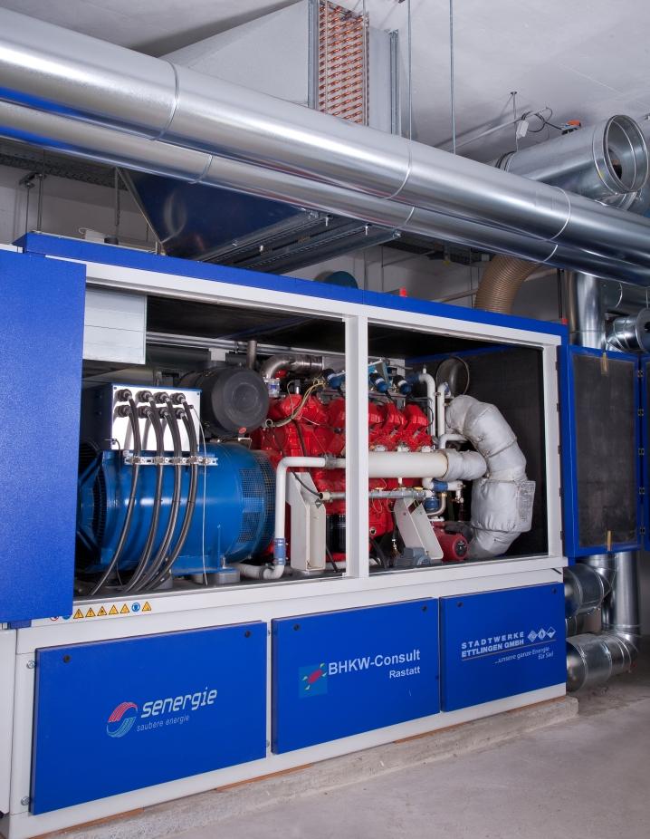 Was ist ein Blockheizkraftwerk (BHKW)? – Blockheizkraftwerk mit 250 kW Verbrennungsmotor in einem Freizeitbad (Quelle: BHKW-Infozentrum)