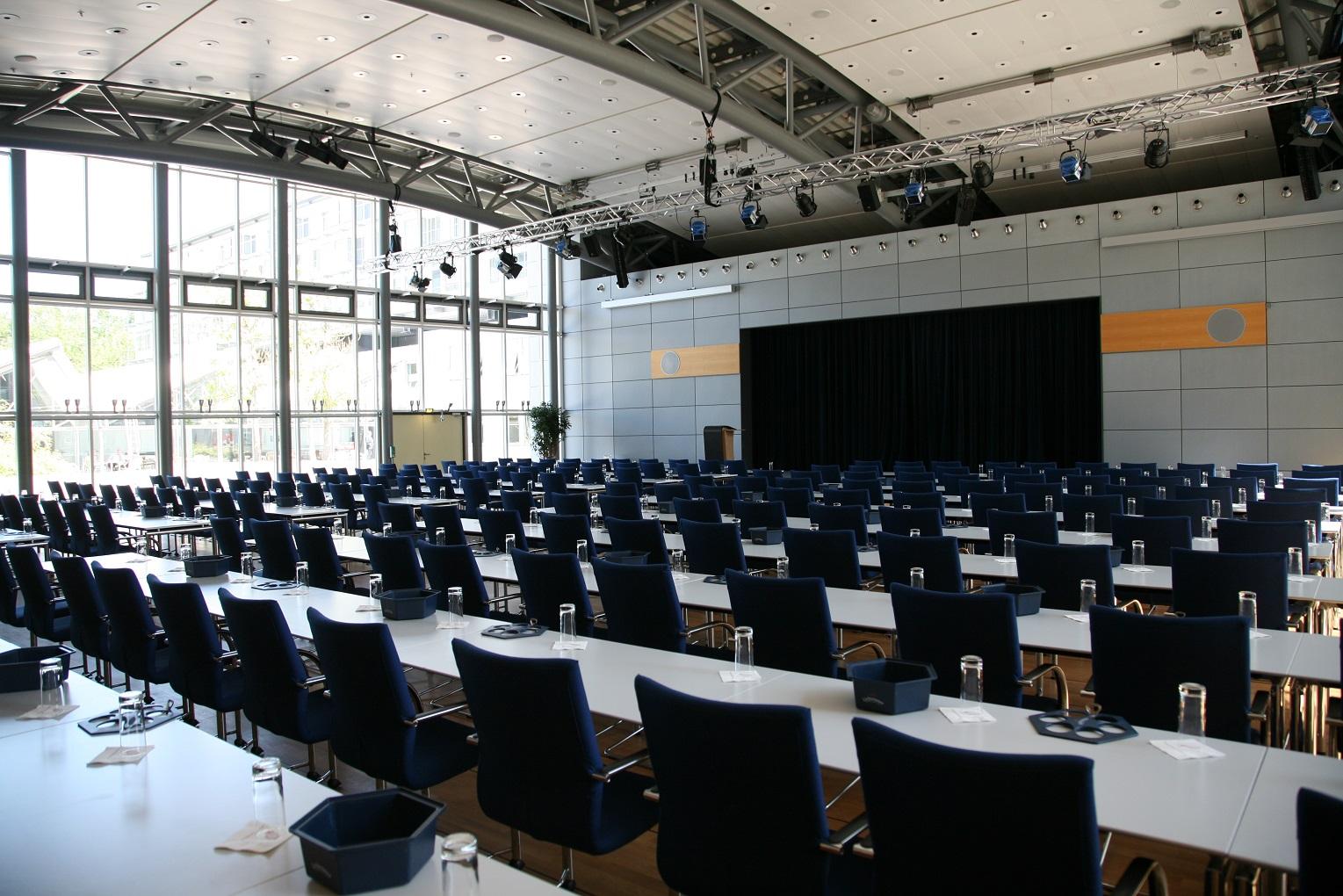 Der Konferenzraum des Kongresshotels am Templiner See in Potsdam wird für die zwölfte BHKW-Jahreskonferenz für rund 200 Teilnehmerinnen und Teilnehmer und 16 Referenten vorbereitet sein (Bild: BHKW-Infozentrum)